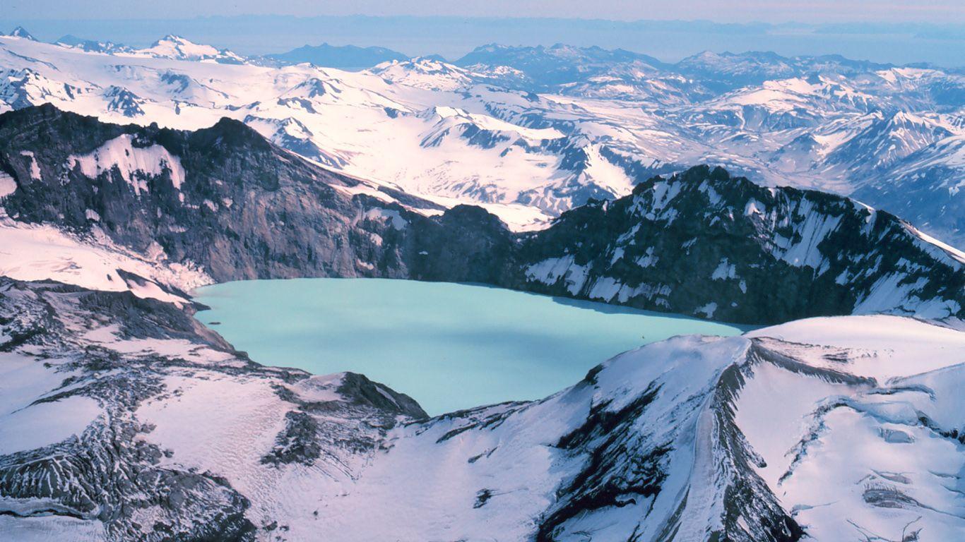 Вулкан Катмай в снегу