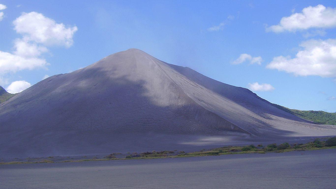 Пейзаж с вулканом Ясур