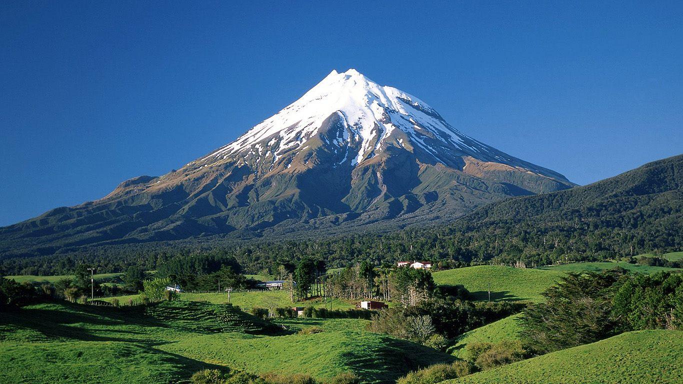 Вулкан Таранаки издали