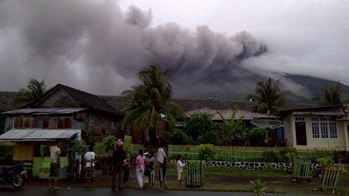 Дымящий вулкан Гамалама