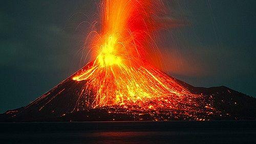 Извергающийся вулкан