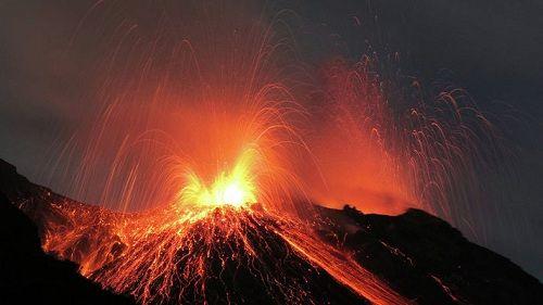 Извергающийся вулкан Баурдарбунга