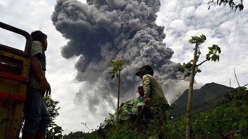 Извергающийся вулкан Синанбуг