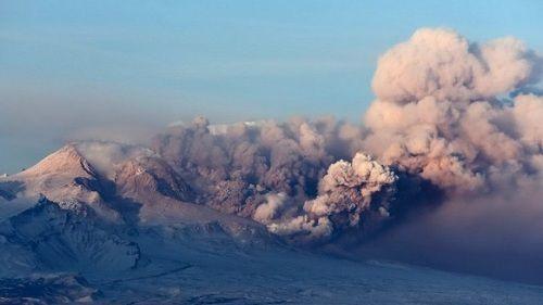 Пепловый выброс на вулкане Карымский