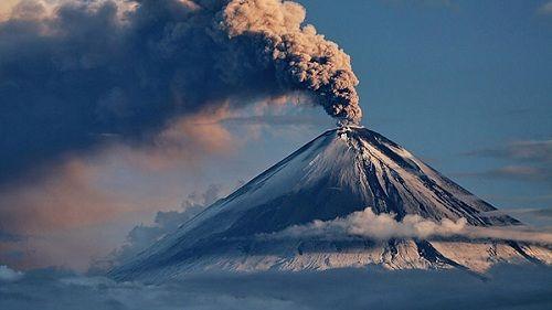 Вулкан Ключевский дымит