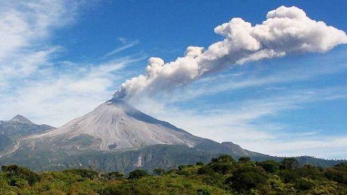 Вулкан Колима проявляет активность