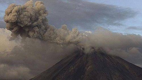 Вулкан Колима выбрасывает пепел