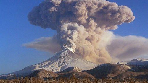 Вулкан Шивелуч выбрасывает пепел