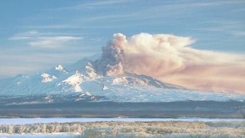 Камчатский вулкан выбрасывает пепел