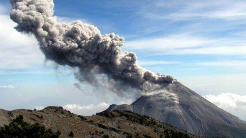 Вулкан Колима выкидывает столб пепла