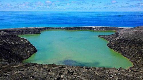 вулканический остров в тихом океане